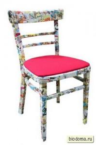 Вариант, когда есть контрастная обивка, белый стул и разноцветные рисунки на нем