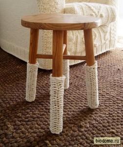 Украсив ножки стула такими простыми вязаными штуками, кто-то полностью изменил восприятие этого малютки - стул-стиляга какой-то стал:)