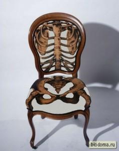 Необычная обивка, согласитесь. Издалека кажется, что скелет вырезан из дерева. Но на самом деле это такая обивка.