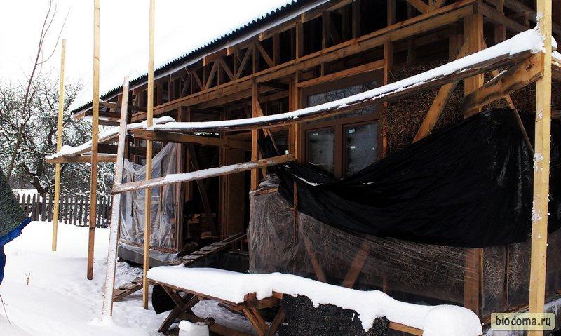 Строящийся каркасный дом зимой