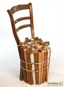Спинка старого стула, привязанная к охапке колышек - вот вам и стул. Еще подушечку сверху накиньте, вообще замечательно будет...