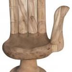 Вырезанный из куска дерева стул