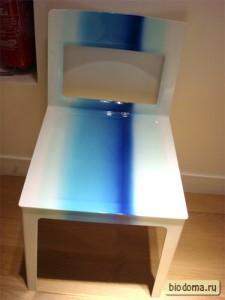 Квадратный стул в голубых тонах