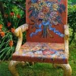 Явно старый стул с оригинальной раскраской