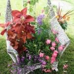 Клумба с цветами на старом стуле