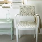 Сиденье и спинка стула выложены камнями