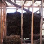 Вид изнутри на соломенные блоки в каркасе