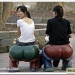 Девочки на стульях