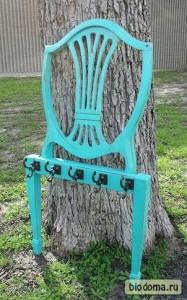 Если спинка стула краисвая, можно сделать интересную ключницу или вешалку.