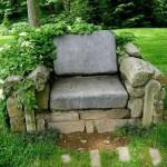 Каменный стул в саду