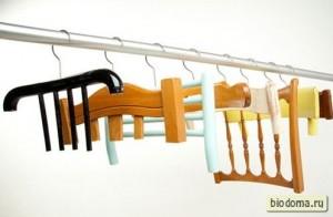 Не знаю, сколько стоят вешалки в магазинах, но если есть много старых стульев, то почему бы не сделать подобные вешалки самому, и правда?..