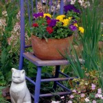 Цветник на старинном стульчике