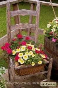 Вместо горшка и подставки для цветов используем старые стулья