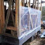 Каркас соломенного дома под пленкой