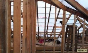 Вид на обрешетку и будущую крышу изнутри