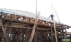 """Монтажники-высотники:) Один из """"монтажников"""", кстати, в процессе работы свалился с крыши - и очень повезло, что легко отделался, ничего не повредив... Поэтому страхуйтесь, господа."""