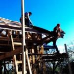 Поднимаем ондулин на крышу
