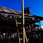 Перенос листов ондулина с земли на крышу