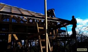 Затащить на крышу лист, который весит 6 кг, просто - поэтому поднимать их можно целыми пачками...