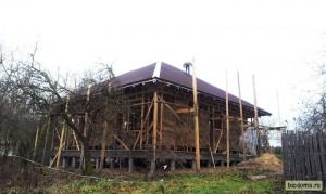 Стремное положение. Но крыша выглядит неплохо:) Как видите на фото, пока ребята укладывали ондулин, я занимался укладкой блоков - об этом следующий материал! :)
