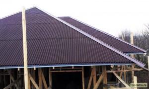 Вся крыша накрыта ондулином. Но как обычно кое-чего не хватило - это нескольких листов плюс двух коньков. Блин... Доделывали уже позже...