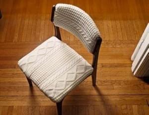 Старый стул, обитый старым свитером. Класс...