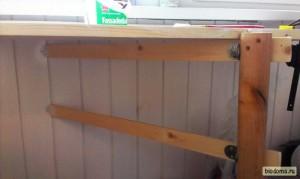 """Ножка получилась немного кривой - крышка не ложится на верхнюю перекладину, из-за этого левый угол стола прогибается, если на него сильно надавить. Возможно, перекручу позже повыше. Обрезать сверху ножку не вариант. т.к. стол тогда """"смотрит вниз"""" :)"""