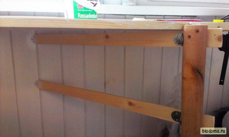 Балконный столик - вид снизу в соломенном доме. biodoma.ru.