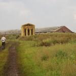 Соломенный храм на фоне заброшенного колхозного двора