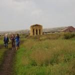 Девушки идут из соломенного храма