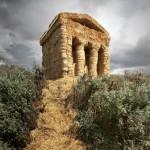 Соломенный храм с дорожкой из соломы