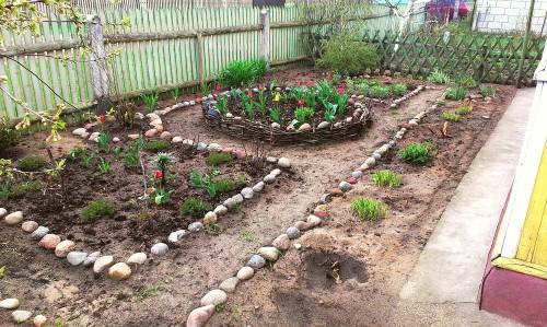 Камни в огороде как ограда