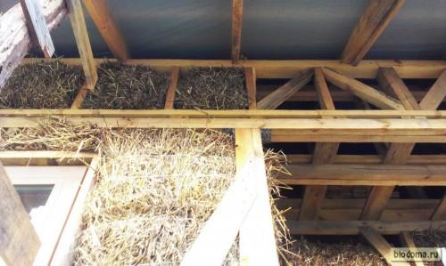 Соломенные блоки в верхнем ряду под крышей