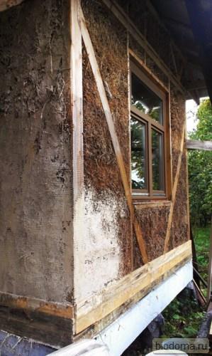 Угол соломенного дома оштукатурен