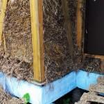 Угол соломенного дома, подрезанная солома