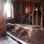 Будущая кухня, окно в ней, солома на полу