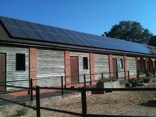 42 солнечные панели на старом сарае в Англии