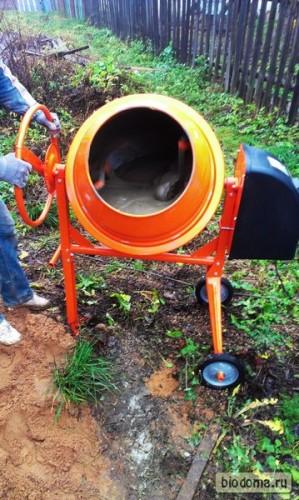 Песок и цемент заброшены, еще пару минут - и можно выливать в подготовленные ямы для ленты