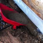 Бетон льется в яму