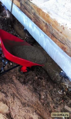 Раствор заливается в яму - там стоит вода, но ничего страшного - раствор ее вытесняет. Опалубки никакой не делали, как вы заметили. Яму копал на штык лопаты.