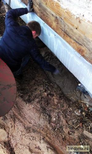 Цементный раствор разравнивается мастерком