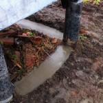Залитая цементом лента между сваями