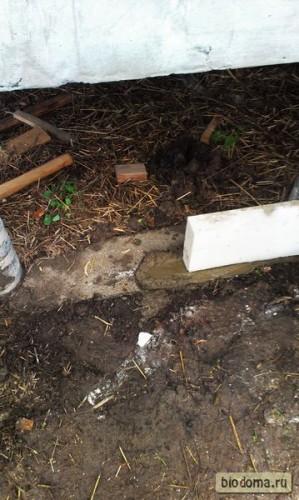 Первый блок в ряду ложится на цемент, остальные - на кладочный состав для блоков.