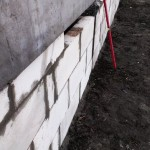 Уровень стоит возле заполненной блоками стены