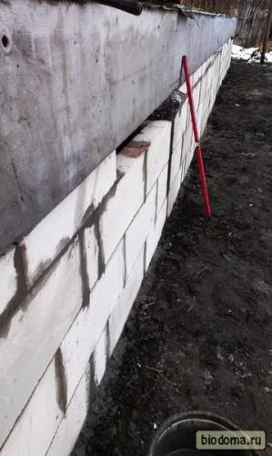 Уровень стоит возле заполненной блоками стены. Смотрится уже неплохо)