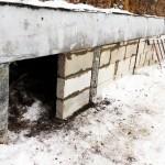Дверной проем в фундаменте для прохода под дом