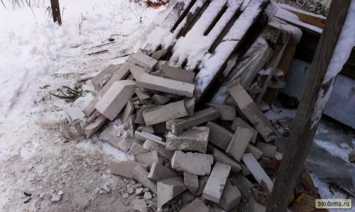 Остатки порезанных газосиликатных блоков. Если вы заметили - ни одно целого блока в этой груде. Глаз - алмаз!:) Это я так посчитал материалы - купил точб-в-точь столько, сколько нужно. Аж сам удивился:)