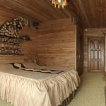 Изюминка интерьера - обрезанные круглые дубовые дрова на стене