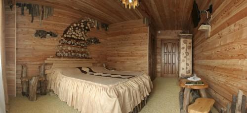 Изюминка интерьера - обрезанные круглые дубовые дрова, из которых на стене сделали художественную композицию...