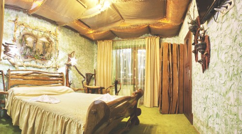 Комната оштукатурена в зеленых тонах, очевидно, чтобы вы ощутили себя в лесу:) Шкаф сделан из отшлифованных необрезных досок, кровать тоже. Самое интересное на потолке - его разные уровни задаются обычной х/ либо льняной тканью, из-под которой пробивается свет светильников.